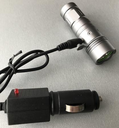 Снимок зарядка фонарика от прикуривателя автомобиля