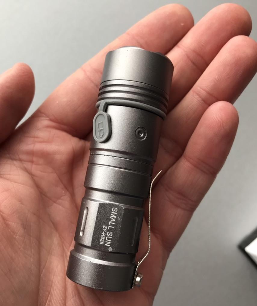 Фото маленького карманного фонарика с аккумулятором
